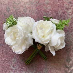 Pair of White Bouquets 👰